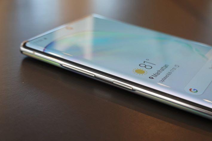Galaxy Note 10 將主開關與 Bixby 鍵整合,所以所有按鍵置於機身左側,使用時要習慣一下。