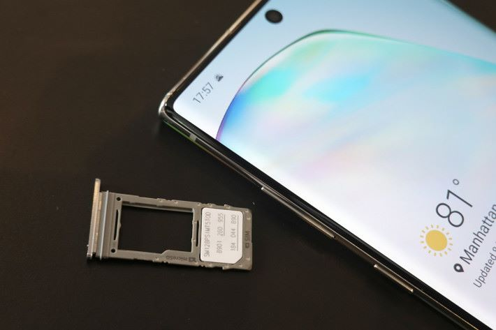 Galaxy Note 10+ 使用混合式卡槽,最大支援 1TB Micro SD。