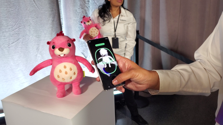 將毛公仔 360 度拍攝一次,不消一會即可製成毛公仔的 3D 模型。
