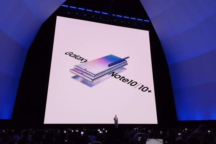 與年頭推出的 Galaxy S10 一樣採用「大細機」策略,分別是 6.3 吋的 Galaxy Note10 以及 6.8 吋的 Galaxy Note10+。