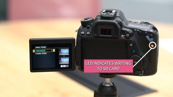 相機的 SD 卡存取燈隨即亮著,顯示正在加密 SD 卡上的照片。