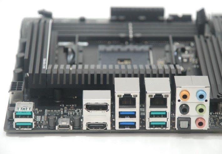 背板的功能比較簡潔,但有 USB Type-C 等輸出。