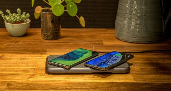 ZENS LIBERTY 無線充電器可以同時為兩部裝置進行無線充電