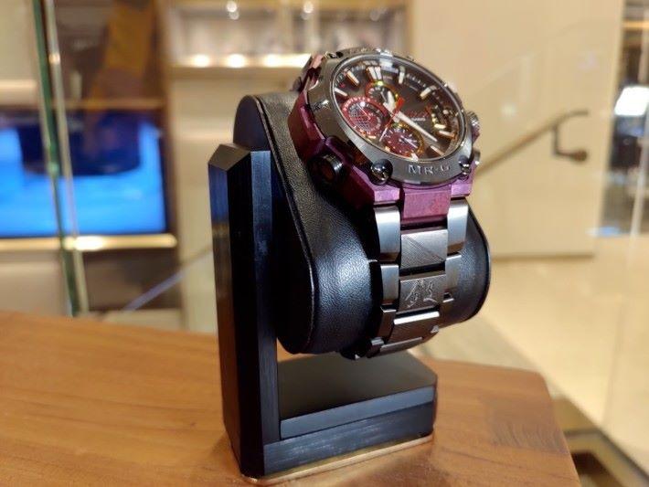 錶圈下方的第二節刻有漢字——「鍛」,代表來自月山傳統所信奉的「鍛刀一筋」。