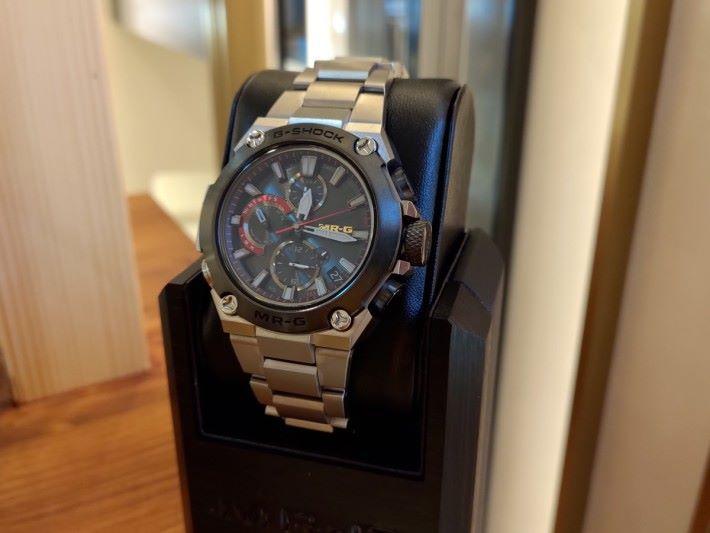 將於十月發售的另一 MR-G 旗艦手錶「銀溜GIN-DAME」,其錶圈用上日本漆器技術,並經特別處理。