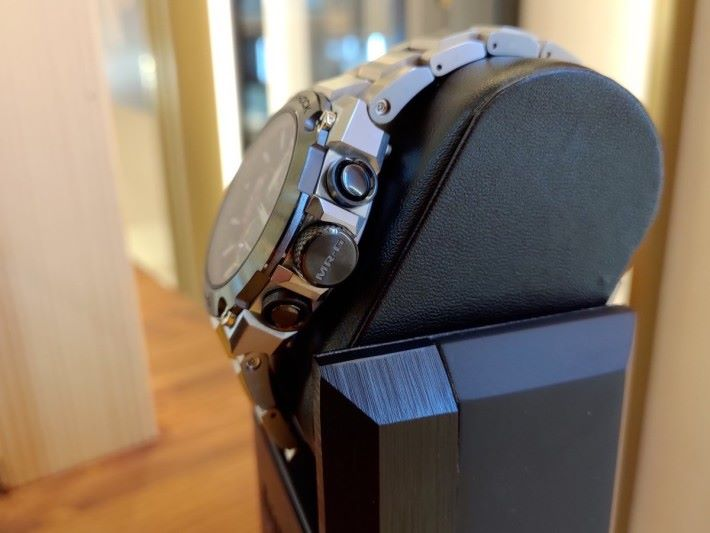 大大的錶冠刻有「MR-G」字樣。