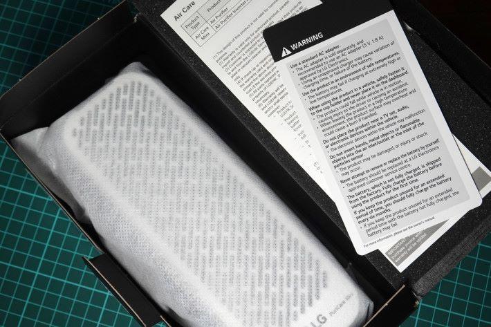 打開之後即可看到保護袋中的 Puricare Mini 本體。