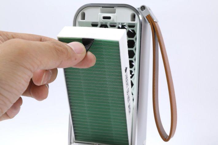打開背蓋即可置入 HEPA 濾網。