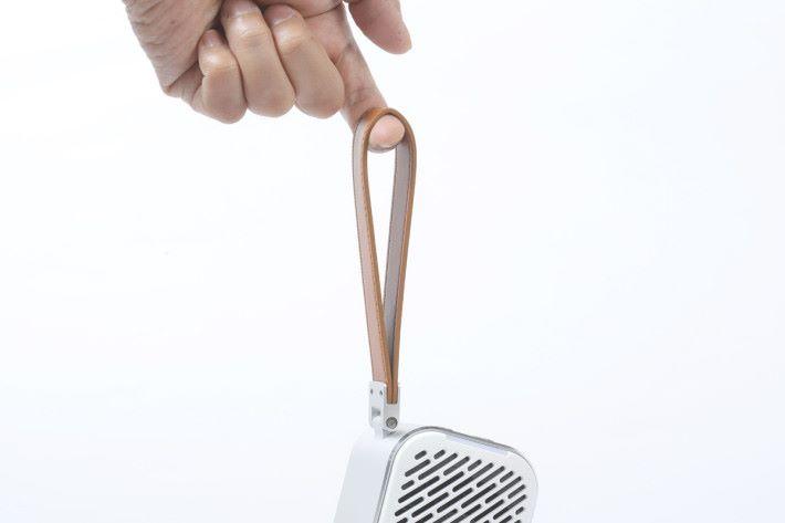 小巧機身再加上一條手帶,PuriCare Mini 方便攜帶出外使用。