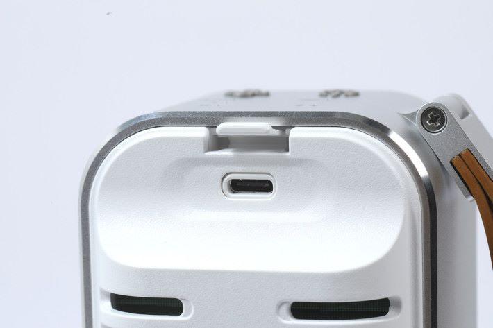 使用 USB-C 介面充電。