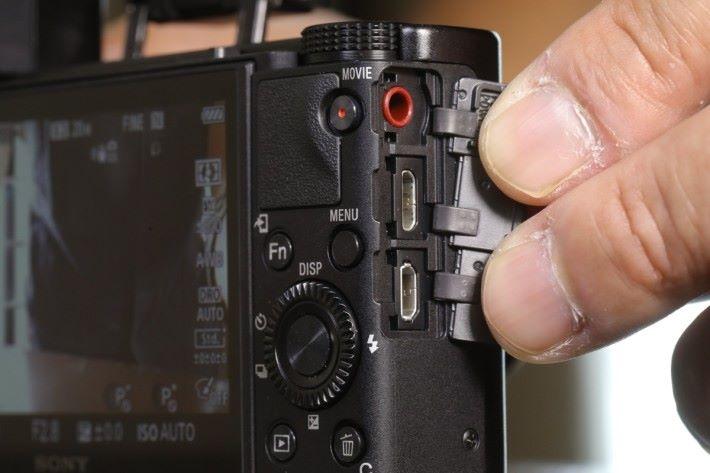 .新加入 3.5mm 外置收音咪插孔。