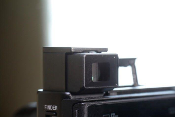 .機身大致試和之前幾代 RX100 相同,彈出 OLED ViewFinder 會自動開機,比以往方便。