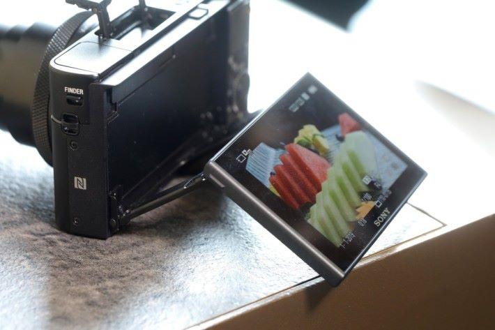 .外部 LCD 顯示屏可作和上90度自拍,也可水平 45 度方便垂直翻拍,今次拍片也支持直度拍攝,方便將影片放上 Instagram。