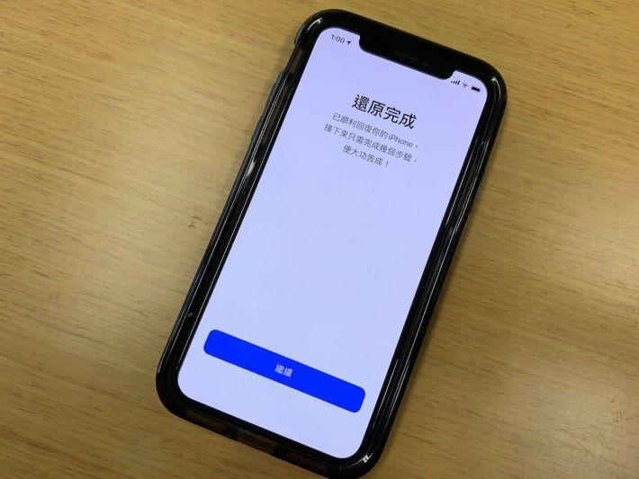 在升級 iOS 13 時已有人發現,如果使用 iTunes 來還原手機資料的話,會出現不停在還原完成畫面和「 Hello 畫面」之間循環的狀況。
