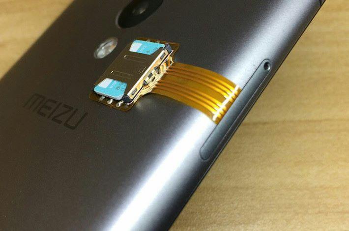 使用特別設計的改裝套件可同時使用兩張 SIM 及 microSD,但極之不美觀。