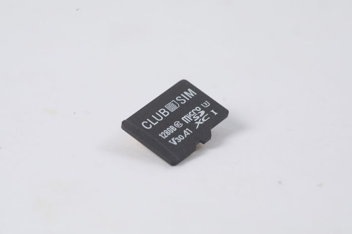 正面看 Super Club SIM 與一般 microSD 並無分別,標誌了有 128GB 容量及支援速度規格。