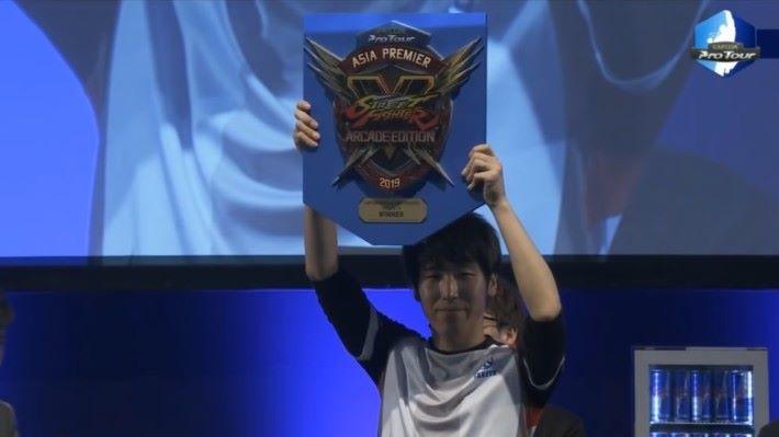 「 2019 Asia Premier 」大賽中贏得冠軍的知名選手 Momochi(百地祐輔)。