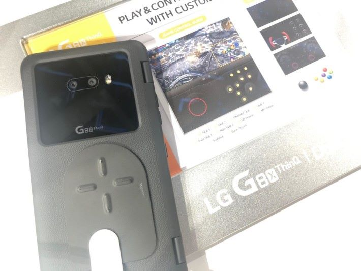 背面留有很大的方型空位給鏡頭和 LG 的標誌⋯⋯