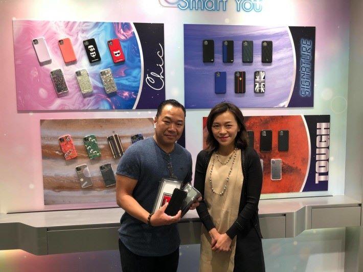 第三位顧客曾先生與 SamrTone 高層 Anna ,他選購的是 iPhone 11 Pro 256GB (太空灰)。