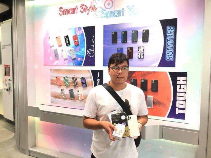 排頭位的胡先生選購了 iPhone 11 Pro Max 256GB (銀色)