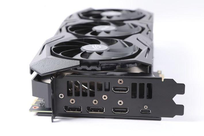 特別採用 2×DP 及 2×HDMI 的設計,有別於公版的 3×DP+1×HDMI 設計。