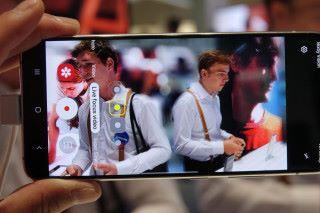 配備 5MP 景深鏡頭,加上使用 Snapdragon 855 處理器,有足夠效能提供 Live Focus Video 功能。