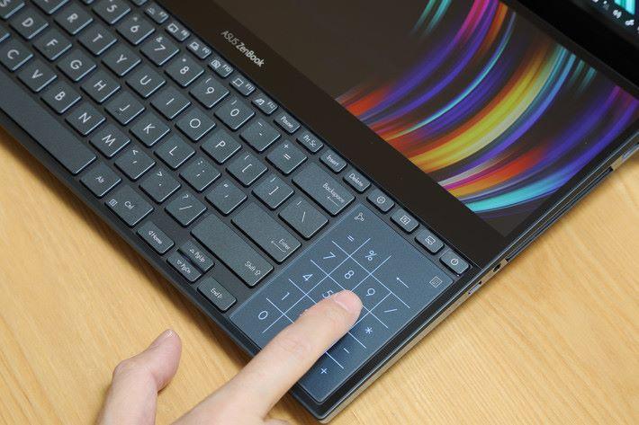 兩個大屏幕,同時亦有可變成數字鍵的 TrackPad。