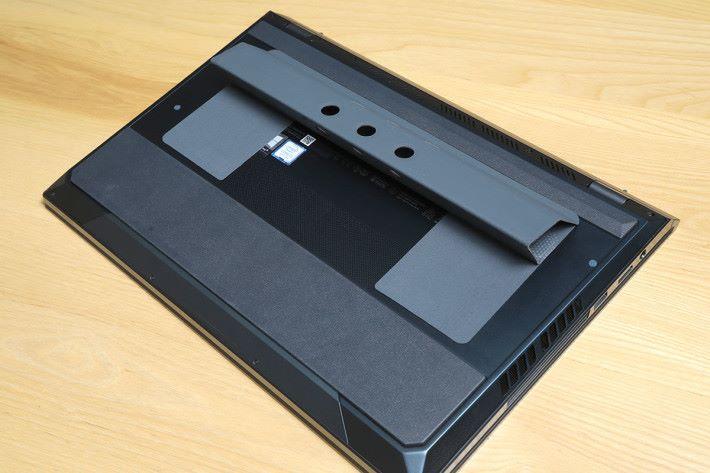 假如電腦平放的話,會影響用戶觀看 ScreenPad時的效果,所以筆電的底部「機關」可提高筆電角度。