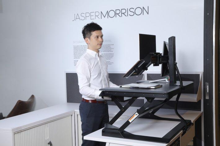 WorkFit-TL 坐站兩用桌面工作站的垂直升降設計,既可以配合不用手臂使用,配合不同屏幕環境。