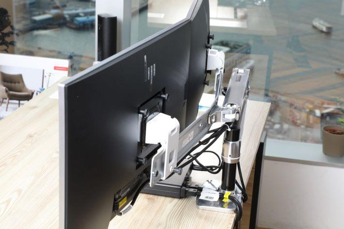 屏幕手臂的活動幅度相當高,連接屏幕後亦可以手臂所佔空間減至最少,加強美觀性。