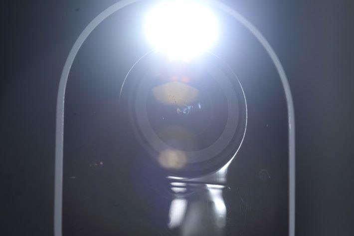 開啟聚光燈,就能做到彩色夜視。