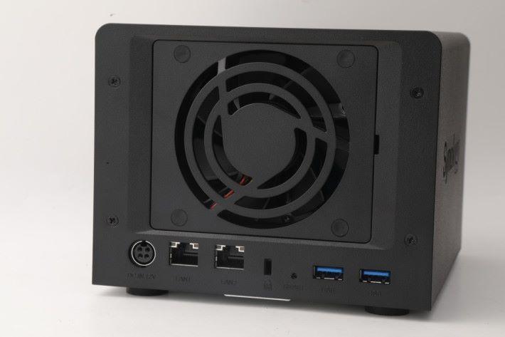 具備 2 個 USB 和 2 個 LAN 埠。由於是迷你 NAS 的關係,風扇只有一把。