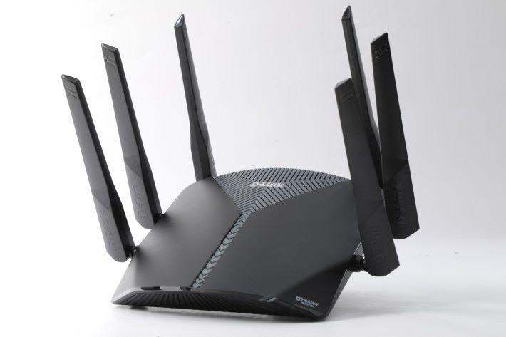 D-Link 全新的 EXO 系列 Router,設計比過往的產品型格不少。