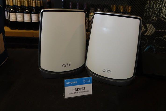 Orbi RBK852 採用黑色邊框設計,拿上手感覺比以往的 AC 制式重得多,可能搭載了更巨大的散熱片。