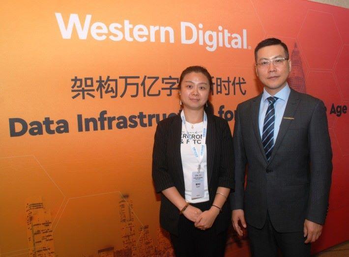 由左至右:Western Digital 產品市場部總監-張丹女士和產品市場部副總裁-朱海翔先生
