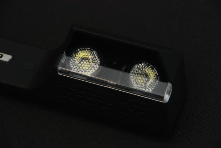 機身中部的 LED 燈,可見採用較強的反光杯。