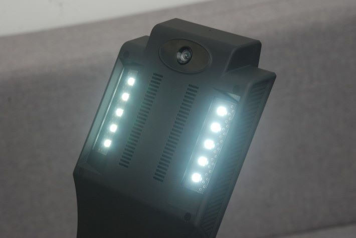 頂部設有多顆 LED 燈