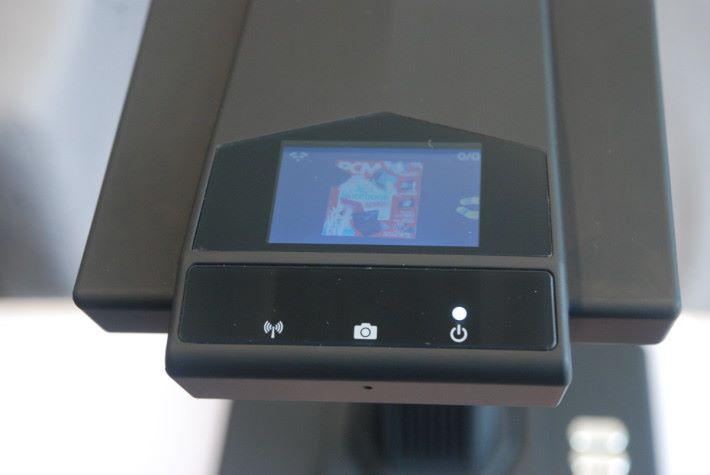頂部的屏幕可以顯示鏡頭所見的畫面