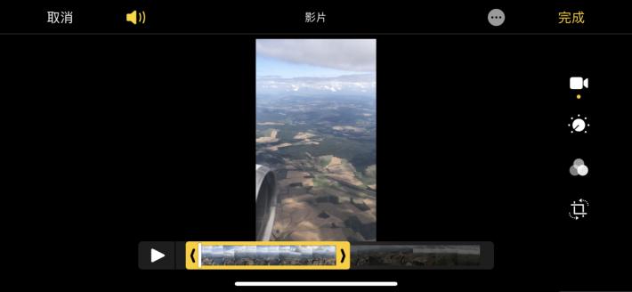 在「影片」模式下,畫面下方有個移動列,平時這列是作為前後搜畫操作,而當點選首或尾的「箭頭」就會變成剪輯工具,可以搜尋出想要的影片起首和完結位置,黃框以外的片段可以刪除。