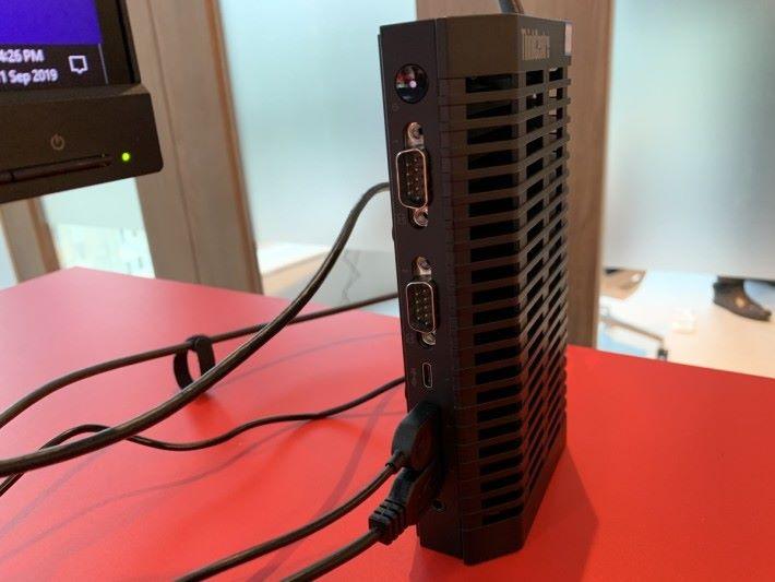 亦有現在較少在家用電腦見到的 RS-232 Serial Port 用以接駁工業裝置