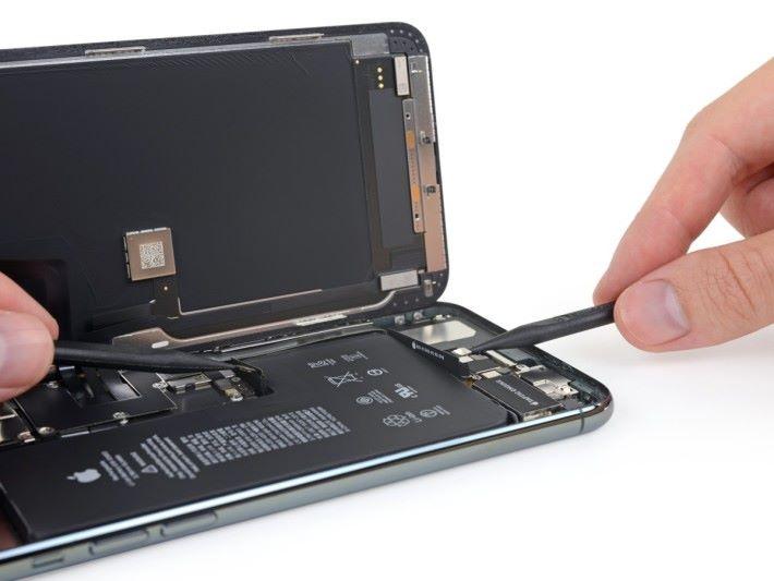 新 iPhone 所用的電池與以往不同,有兩條接線,其中一條直接連接無線充電線圈。