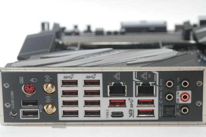 背板上以 USB 輸出佔了絕大部分。