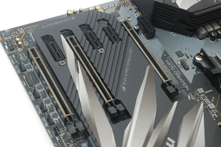 板上共有 7 條 PCI-E 擴充槽,包括 3 條 x16 及 4 條 x1。