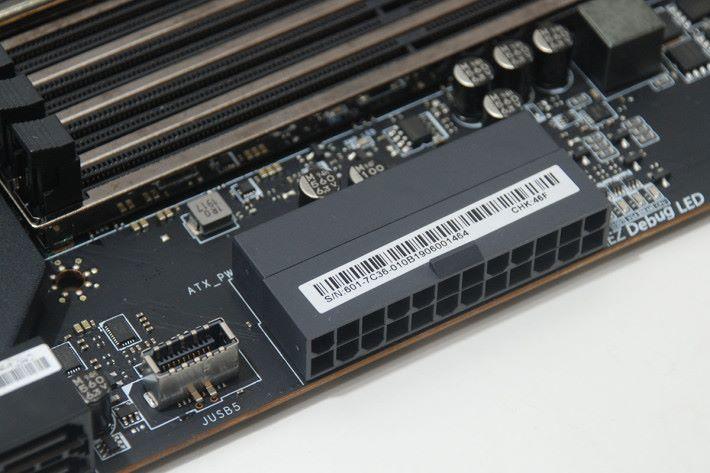 24-pin ATX 供電插頭的佈局有別於一般主機板。
