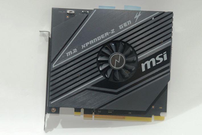 附送 M.2 Gen4 擴充卡,使主機板總共支援 4 組 M.2 NVMe SSD。