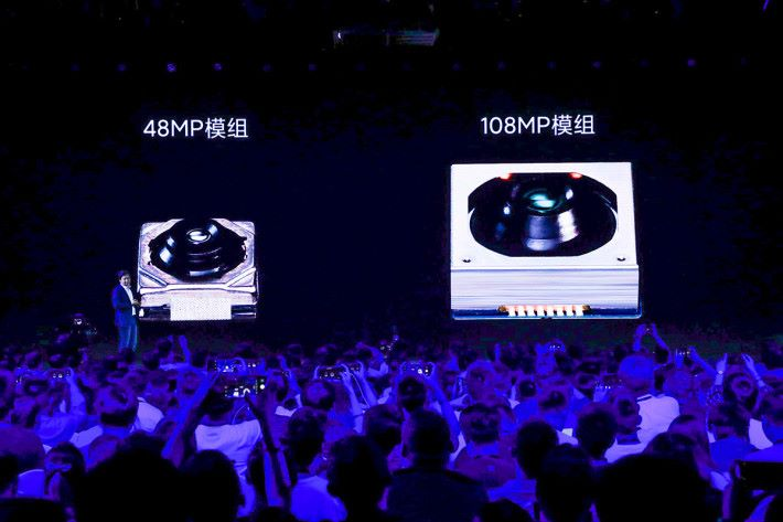 1.08 億像素主鏡用上 1/1.33 吋超大面積感光元件,比現時 48MP 感光元件面積大 389%,模組自然大得多。