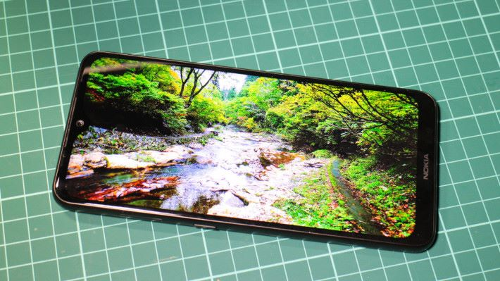 6.3 吋 FHD+ PureDisplay 水滴屏顯示顏色表現出眾。