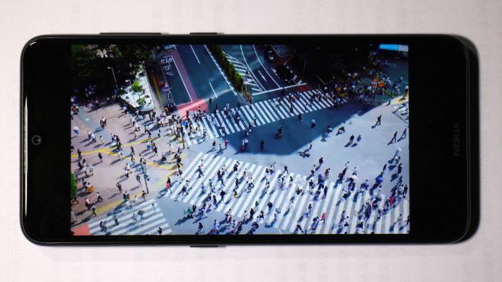 未開啟 SDR 至 HDR 前,觀看較低解像度的影片。