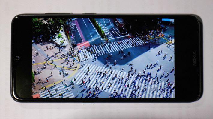 開啟 SDR 至 HDR,再觀看同一段影片,可發覺影片的銳利度及光暗對比有所提升。