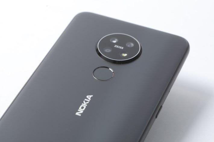 雖然不是備有屏幕指紋辨識功能,但機背指紋感應器位置相當就手。